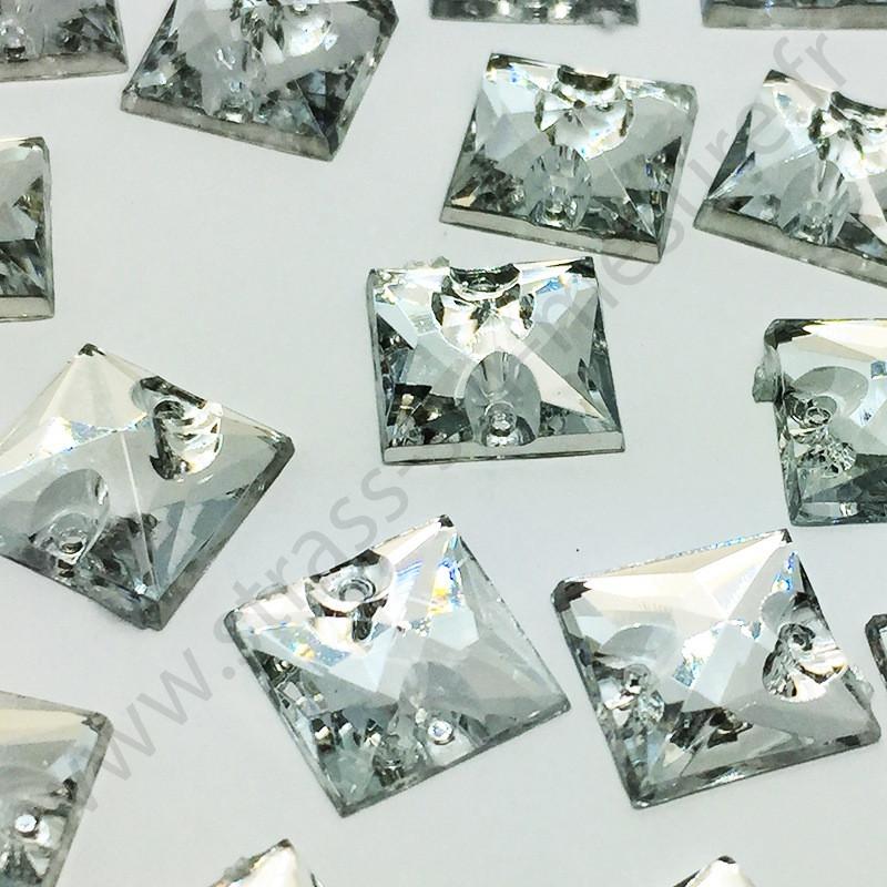 Strass acrylique pyramide  carré à coudre - Diamant - 12mm - détail