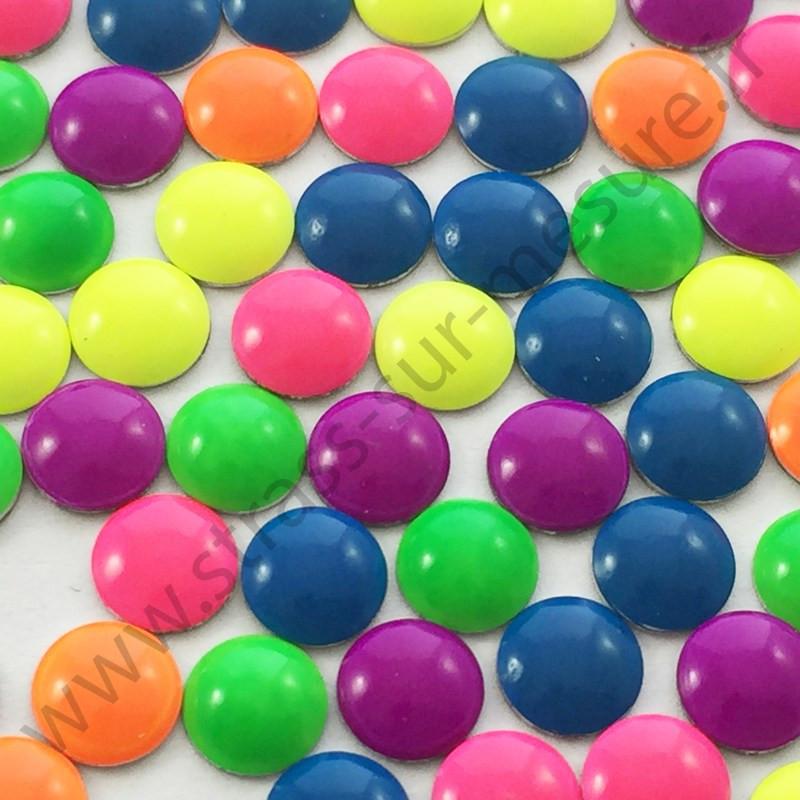 Strass thermocollant en métal rond bombé - Multicolore fluo - 2mm à 6mm - détail